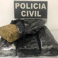 Dois jovens são presos por tráfico de drogas