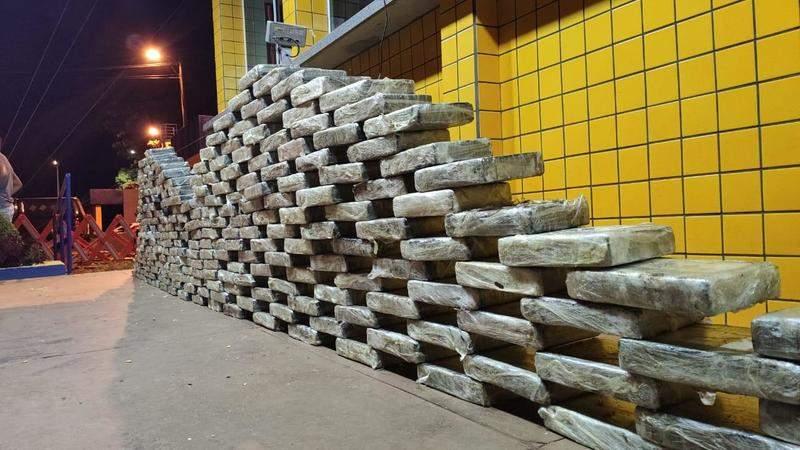 PRF faz apreensão de carregamento milionário de drogas escondida em carga de grãos