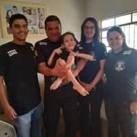 Policiais civis visitam criança especial aniversariante
